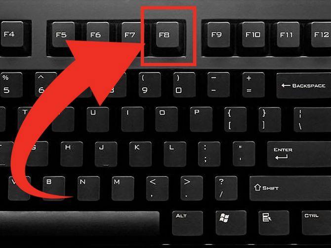 Для входа в Безопасный режим при включении или перезагрузки компьютера нажимаем на клавишу F8
