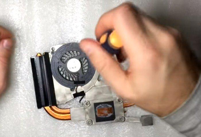 Отсоединяем вентилятор от радиатора, открутив винты