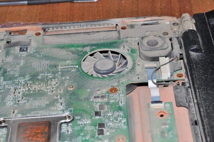 Со временем накопившаяся пыль на элементах ноутбука мешает тепловому выбросу за пределы лэптопа, из-за чего ноутбук начинает нагреваться и отключаться