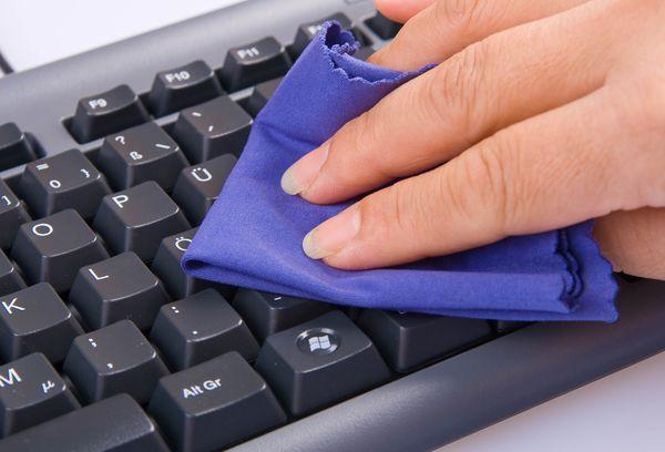 чистка клавиш тряпкой