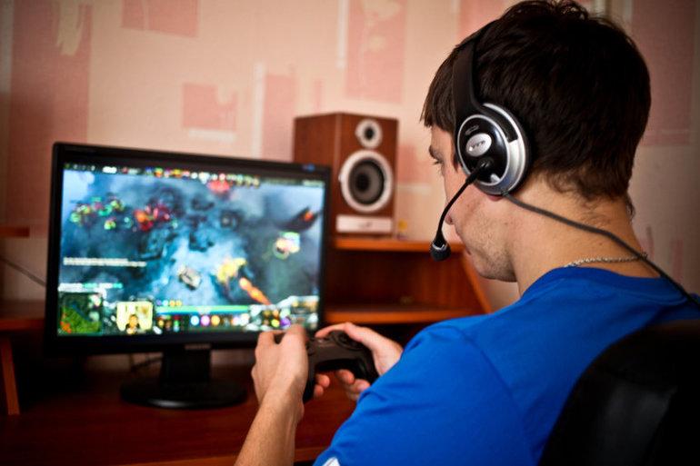 Играть в компьютерные игры