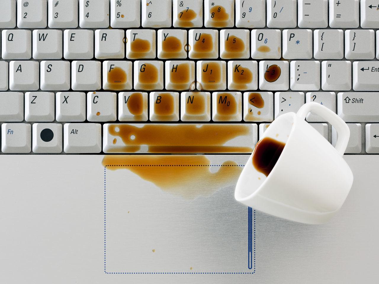 Пролитый на ноутбук кофе