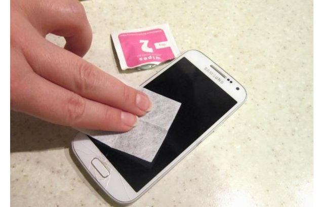 протирание экрана смартфона салфеткой