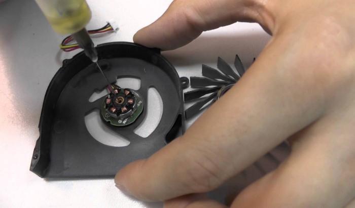 Выдавливаем внутрь каплю силиконовой смазки