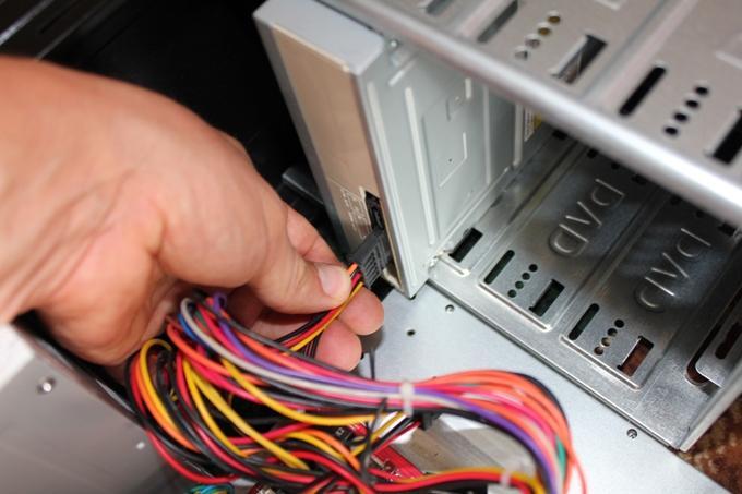 Подключение кабеля питания оптического дисковода